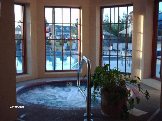 The Inn at Christmas Place: 24hr hottub. What a treat.