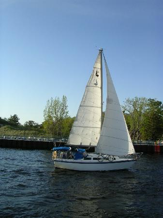 Buzz'sLakeside Inn: Sailing on White Lake