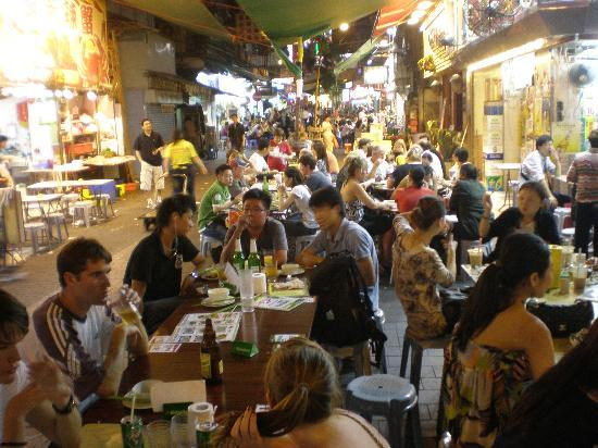 Temple Street Night Market: Crowds of Tourists