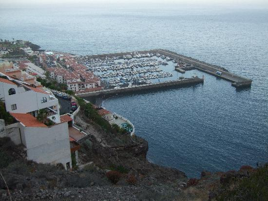 Acantilado de los Gigantes, España: Los Gigantes Marina, from buildings halfway up the cliff (with loose rocks)