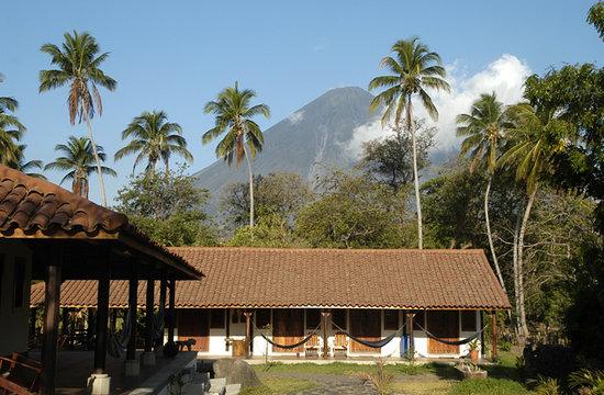 Finca San Juan de la Isla: Vista de habitaciones, detrás el Volcná