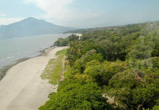 Finca San Juan de la Isla: Playa frente a la finca, Lago de Nicaragua, al fondo el Volcán Maderas(1,394 m)