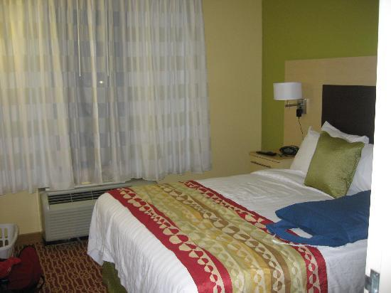 TownePlace Suites Columbia Southeast/Fort Jackson: one of two rooms with a queen