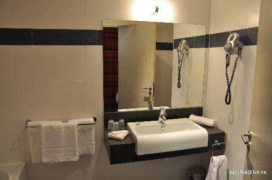 Comfort Hotel Marseille Nord Aix : Hotel Comfort Marseille Nord Aix - Dreibettzimmer (Badezimmer)