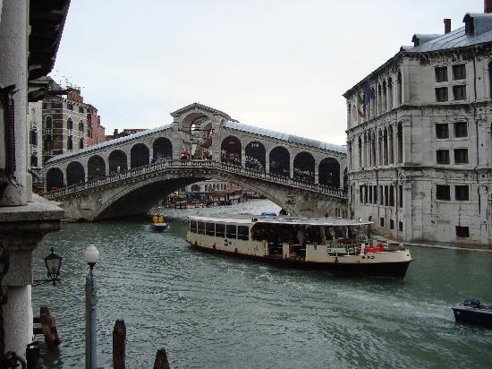 Al Ponte Antico Hotel: view of the Rialto bridge from our room