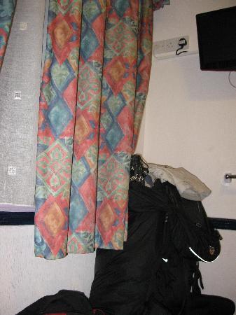Marble Arch Inn: No habia lugar, la mochila sobre la cama