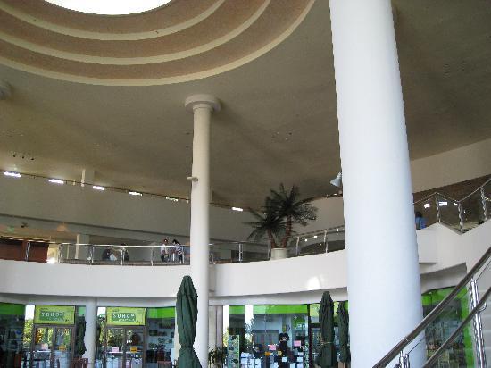 Hotel Nikko Guam: ロビー吹き抜け