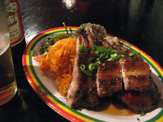Jamaican Grill Chamorro Village : 辛さは、横についてる青とうがらしのピクルスで調節。