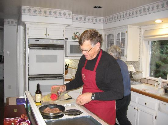 Otters Pond Bed and Breakfast: Inkeeper Carl Silvernail whips up breakfast