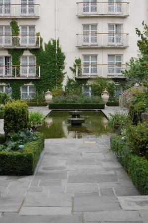 The Merrion Hotel: Merrion Hotel gardens in Dublin
