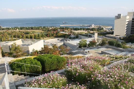 The Westin Awaji Island Resort & Conference Center : 百花壇からホテルと海