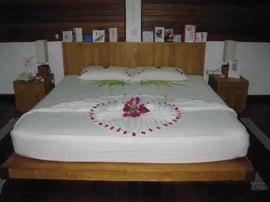 Birthday bed decoration picture of cinnamon hakuraa for Bed decoration anniversary