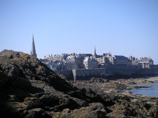 Hotel Les Charmettes: St Malo vue des rochers