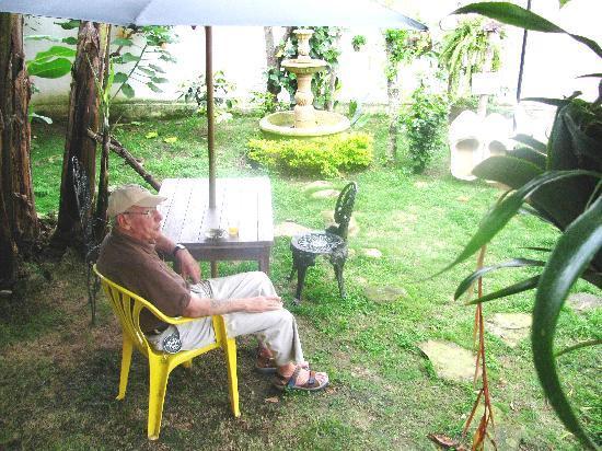 Antigua Belen, Bed and Breakfast : Mi esposo disfrutando el amanecer en medio de pajaros y paz