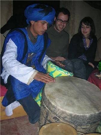 Auberge Amazir: ismail avec  ces  tamtam toujour  partage  sa  musique  magique avec les amis  a riad amazir
