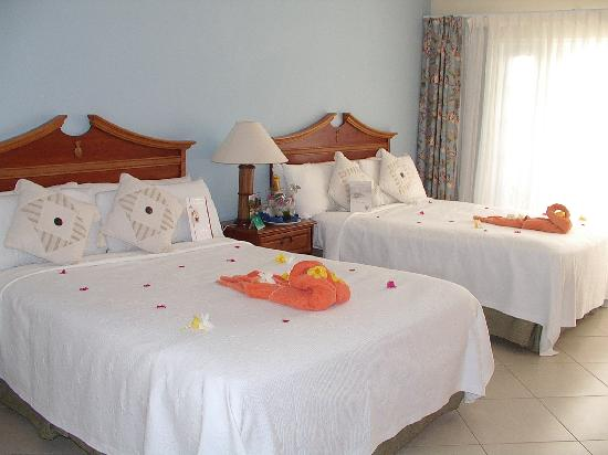 Bay Gardens Beach Resort: Room decorated for anniversary