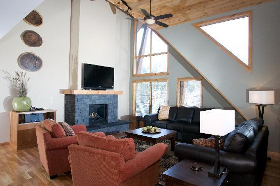 Rundle Cliffs Luxury Mountain Lodge: Grand Suite Living Room