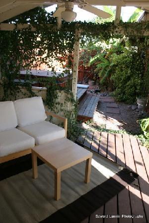 ZenYard Uptown Inn: Covered Patio near the Koi Garden and Hot Tub