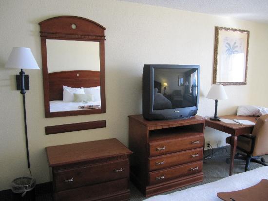 Hampton Inn Ft. Walton Beach: TV and Dresser