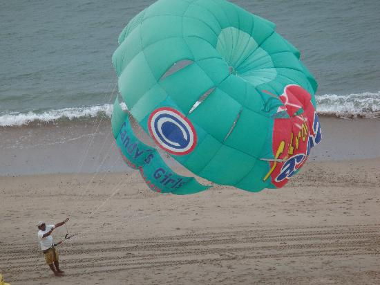 Hotel Suites Nadia: PARASAILING ON THE BEACH!