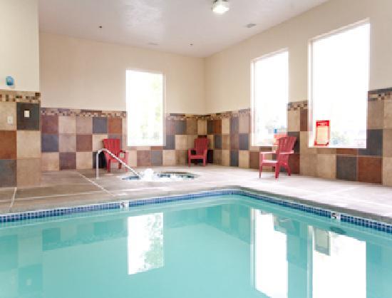 Super 8 Woodburn: Pool/Spa