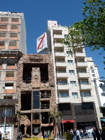 Urban Suites Recoleta Boutique Hotel: Front view in an exciting vibrant street