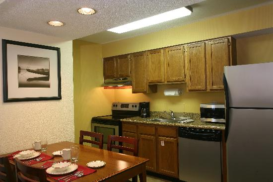Sonesta ES Suites Minneapolis - St. Paul Airport: Full Kitchens - You can even cook a turkey!