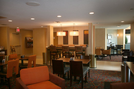Sonesta ES Suites Minneapolis - St. Paul Airport: Hot Breakfast Buffet Included!