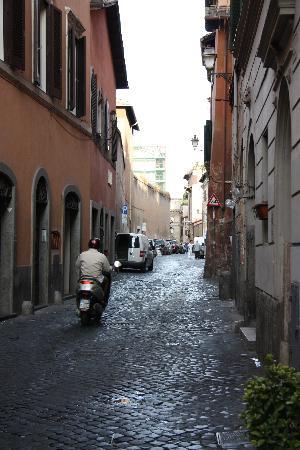 Maria-Rosa Guesthouse: Cobblestone street in Trastevere