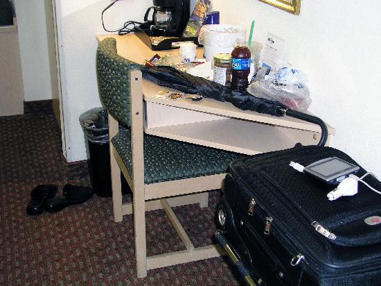 Microtel Inn & Suites by Wyndham Burlington: desk