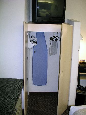Microtel Inn & Suites by Wyndham Burlington: closet