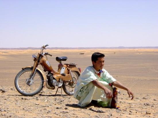 Merzouga Desert: Merzouga, Maroc | a Boy and his Bike