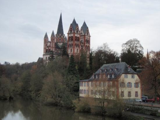 Limburg, Alemania: View of the Cathedral from the old Lahn bridge, on the side of the north bank of the Lahn river.