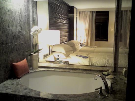 Mandarin Oriental, Jakarta: cosy tub overlooking beds