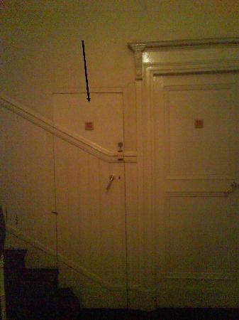 HOTEL HELIOT: La  porte de la chambre (à la lumière de la faible ampoule du couloir)