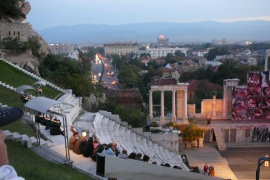 Plowdiw, Bulgarien: Plovdiv's Amphitheatre and the city behind. Beggening of the night. In Septembre.