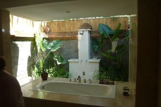 Jimbaran Alamanda Villa : bathroom with outdoor shower