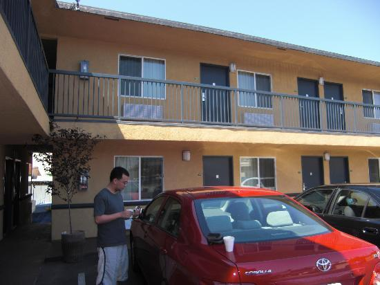 Portofino Inn Burbank: The exterior of the inn - looks more like a motel.