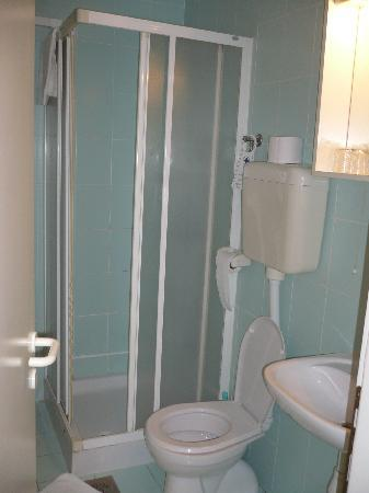 Bathroom in twin-bed room of Hotel Fala