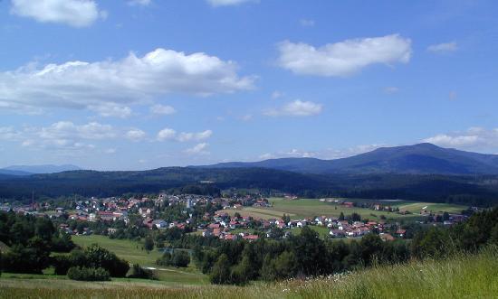 Riedlhütte mit dem Berg Rachel (1453 m) im Hintergrund