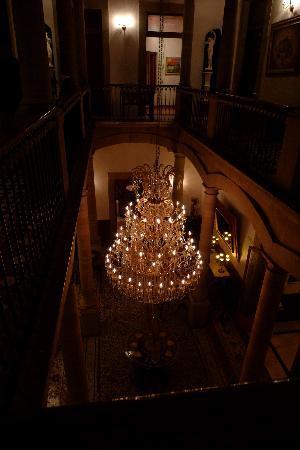 Luna Hotel: 吹き抜けのシャンデリア