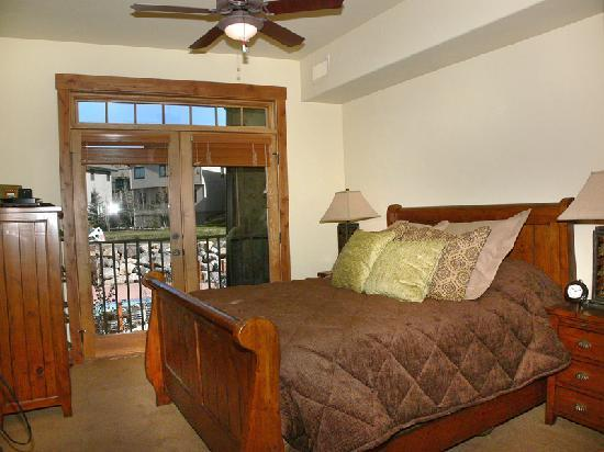 Trappeur's Crossing Resort and Spa: Emerald Lodge sample Bedroom