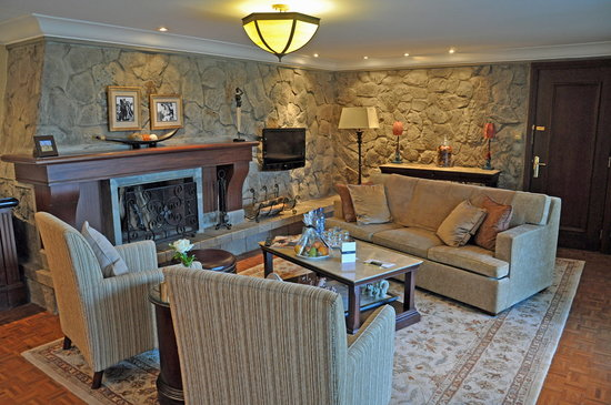 Fairmont Mount Kenya Safari Club: The living room in our cottage...very comfortable!