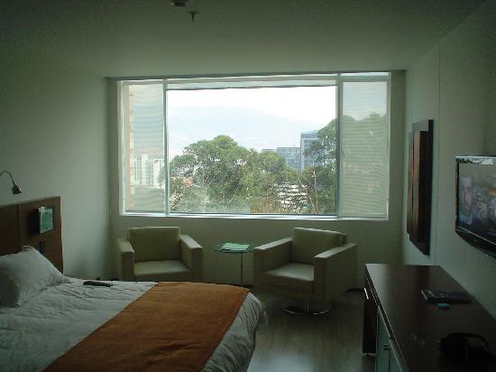 NH Collection Royal Medellin: Mobiliario minimalista y excelente vista