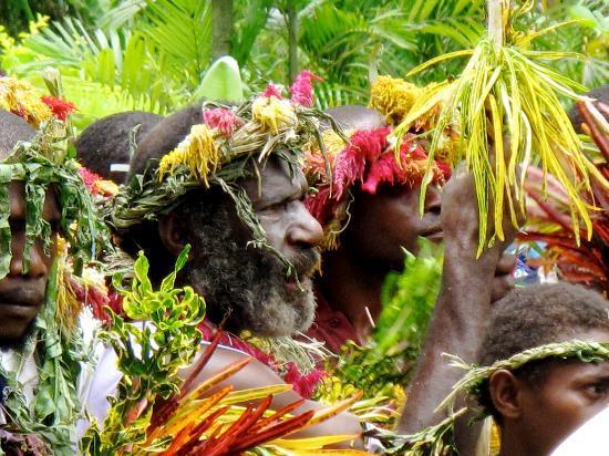 Kimbe, Papua Ny-Guinea: dance performed on property