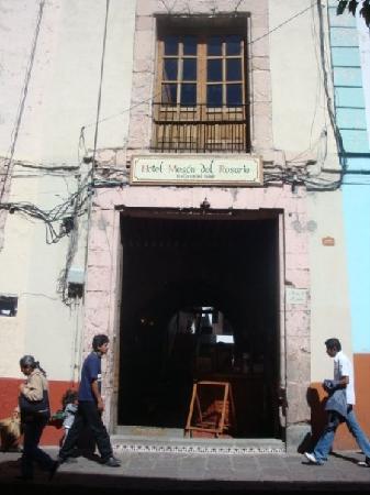 Meson Del Rosario: Entrada del hotel, es mucho mejor por dentro