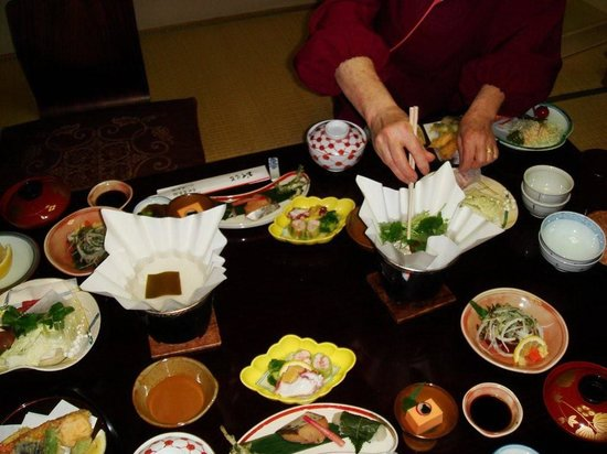 ساروساوايكيه يوشيدايا: Preparando el calde para el sukiyaki 