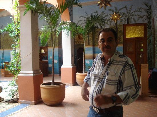 Hotel Casa San Angel: Senor Alberto in his hotel lobby