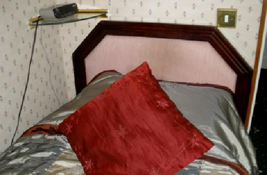 Pulteney House: Single bed with loose headboard, narrow room