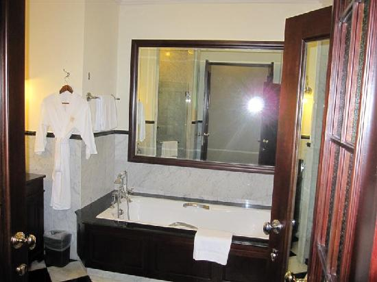 Eastern & Oriental Hotel: Room 128 bathroom